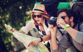 par med karta och kamera