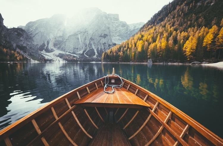 boat at lago di braies