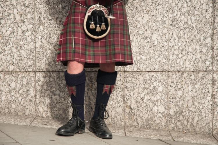 Los hombres escoceses llevan kilts