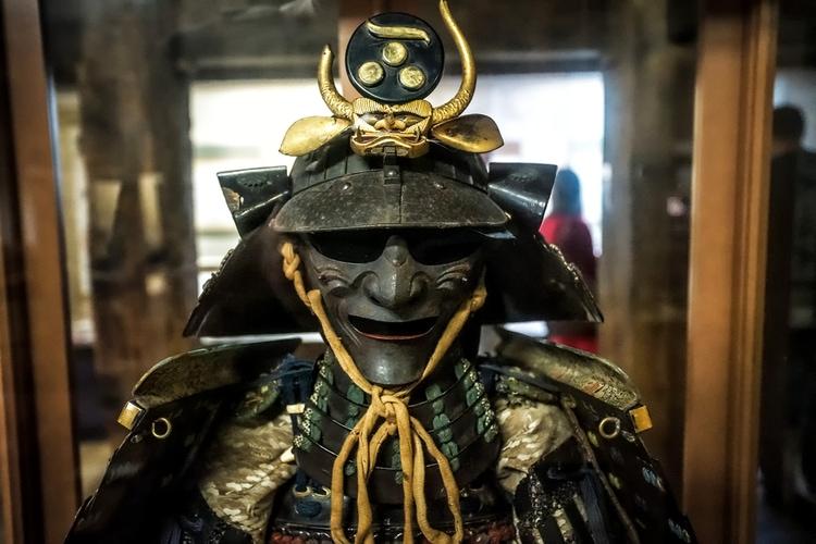 Armadura tradicional de samurai en un castillo japonés