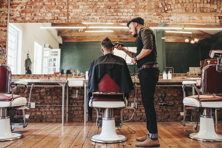 Res lokalt och få tips av frisören