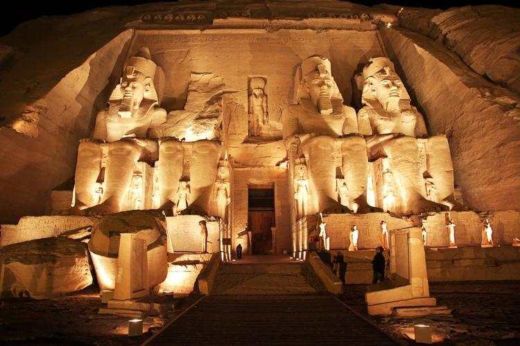 El templo de Abu simbel en la noche