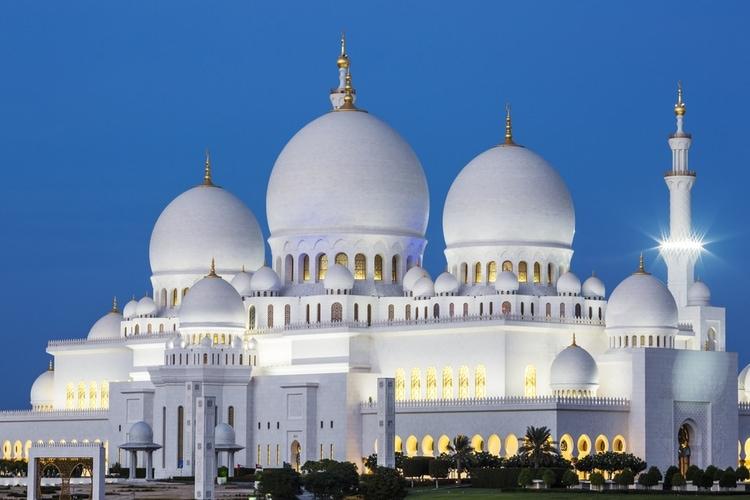 La gran mezquita Sheikh Zayed por la noche