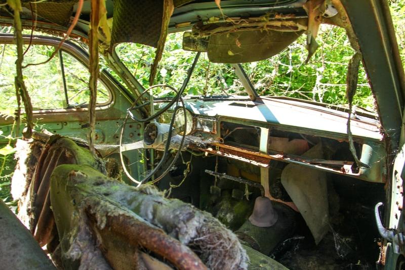 Insidan av en gammal bil på Båstnäs bilkyrkogård