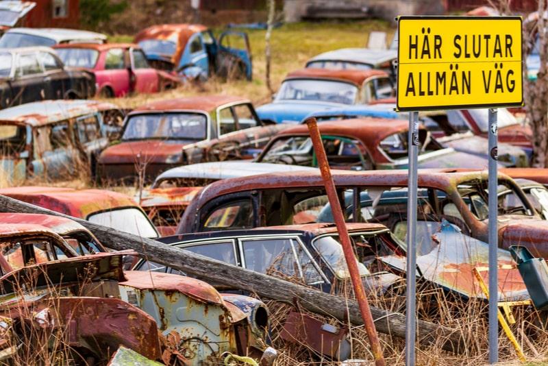Skylt med Här slutar allmän väg vid Båstnäs bilkyrkogård