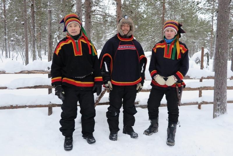 Tre män som använder samiska fraser
