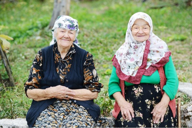 Två damer som använder ryska fraser