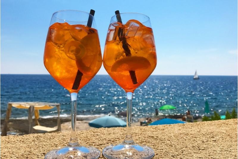 Två glass med Aperol Spritz med havsutsikt
