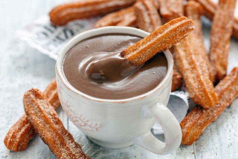 Churros som doppas i varm choklad