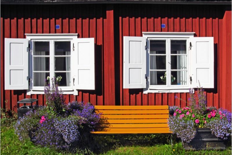 Rött hus med vita fönsterluckor i Gammelstad
