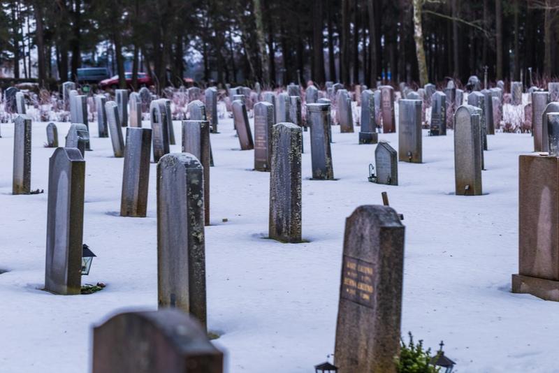Skogskyrkogården på vintern med snö