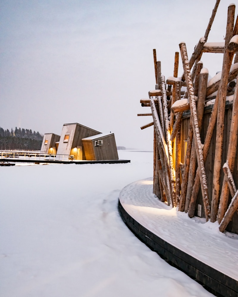 Arctic Baths huvudbyggnad och två vattenkabiner i bakgrunden