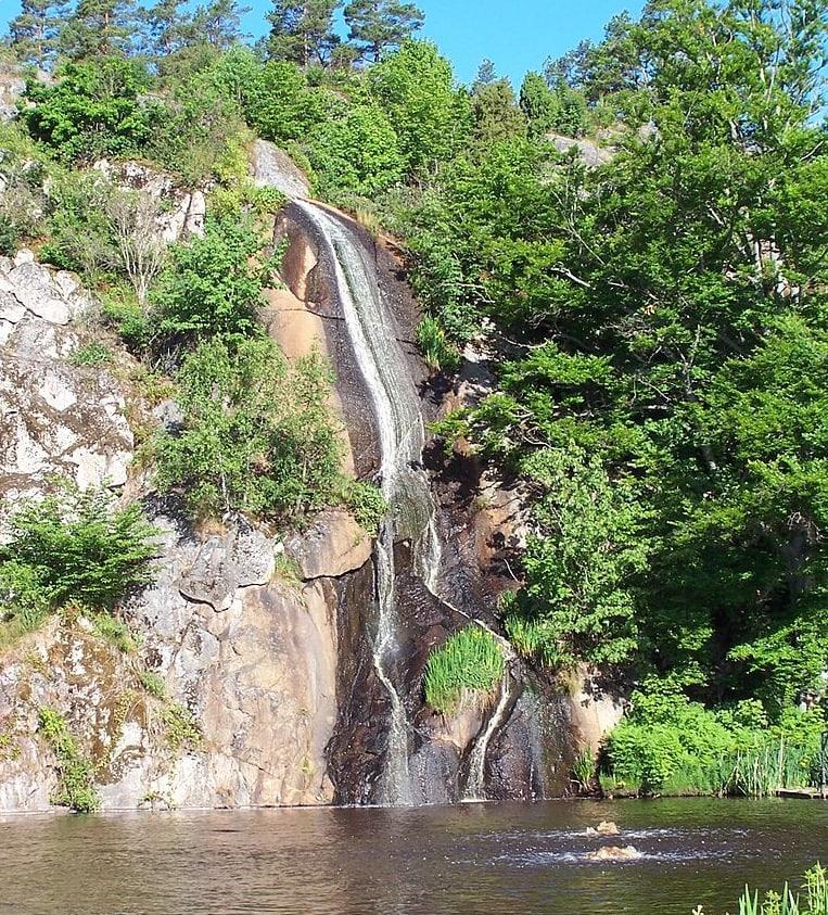 Konstgjort vattenfall i Brunnsparken